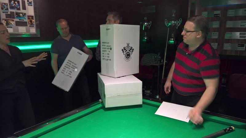 Stora kartonger i pris som visade sig innehålla en kabinväska med JoLo-logga.